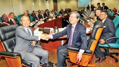 哈山阿里芬(左)走马上任后,首次以主席身份召开会议。右为陈胜尧。