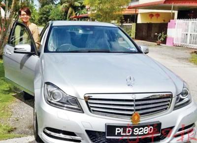 陈燕珠与她失窃的马赛地轿车合照。