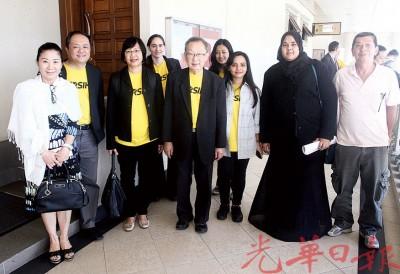 玛丽亚陈(左3起)和委员杜乾焕,以及其他支持者在法庭外合照。