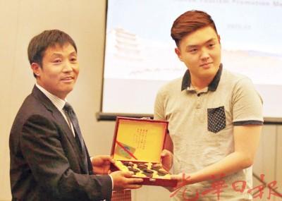 张掖市旅游局副局长袁得平为互动嘉宾赠送当地特色礼品。