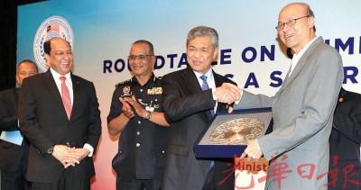 阿末扎希(右2)从李霖泰手中接过纪念品,感谢主持开幕。