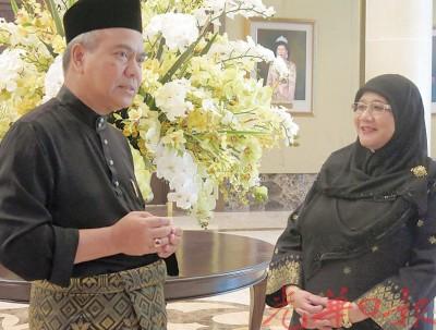 新任州秘书巴卡汀(左)与州财政瑟菲雅于周三在吉打安南武吉皇宫就职后,互相道贺。