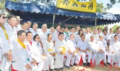 应缘与编辑骷玻州德教会紫阳政府乩务组与清莱紫清阁成员合影。