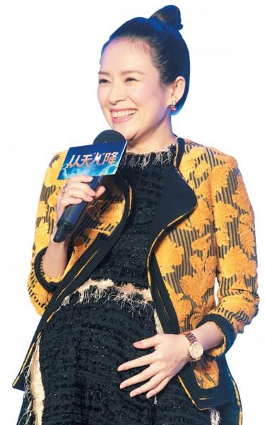 章子怡被指给8月初去大肚婆遮掩怀孕。