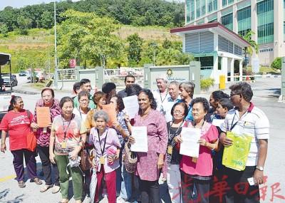 沙拉(右4)率领甲板及附近地区居民抗臭委员会代表前往霹州反贪污委员会进行举报。