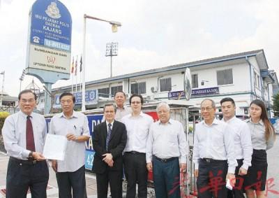 王超群(左起)、陈志成等人由律师团陪同报案后,在警局外展示报案纸。