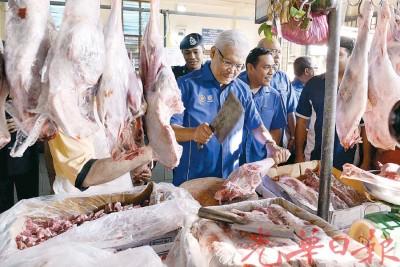 韩沙再努丁(中)化身羊肉商贩,为消费者服务。