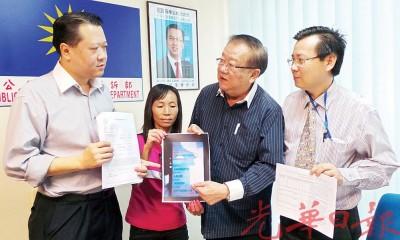陈金桃(左2起)向张天赐出示通缉名单中不符之处,左起马华法律顾问郭朴进及梁柏耀。