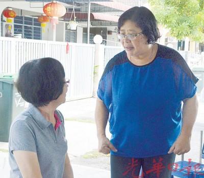 亲友慰问纪汉坤遗孀柯姝年校长(右)。