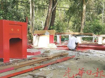 善信正整理拆除后的建材,以免垃圾破坏周围环境。