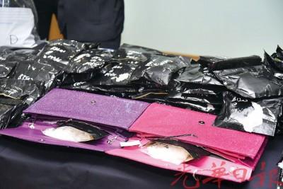 毒贩将两小包冰毒藏在女性手提袋中,通过邮递服务脱售。
