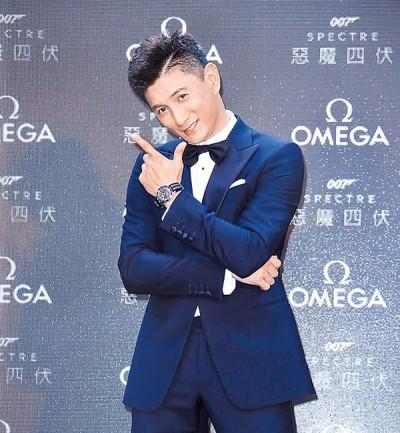 """吴奇隆扮成詹姆斯庞德,做""""亚洲007表示"""",摆出庞德招牌姿势。"""