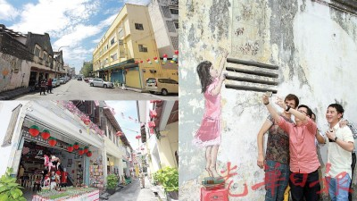 """旧街场以美食及壁画扬名国内外,近年来发展迅速,开设许多咖啡馆及廉价酒店。旧街场因三条厝巷吸引游客,大街小巷商店业显得生气勃勃。立陶宛画家恩尼斯""""小女孩""""壁画吸引游客慕名而来。"""