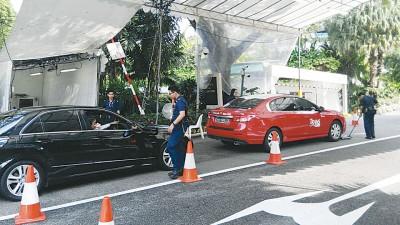 """""""习马会晤""""地方保安相当严密,各一部进入酒店范围之小轿车,还设通过检查。"""