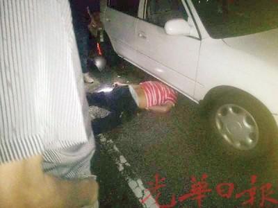 伍得铕骑着摩托车与轿车相撞后,被卷入车底当场丧命。