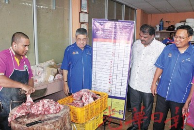 阿末峇沙(左2)在瓦萨达拉詹(右2)的陪同下,到一家羊肉店检查价格。