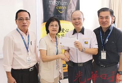 孙思诗(左二)从林金安(右二)接获奖励,并由锺灵独中财务部主任颜松裕(左)及许文栊(右)见证。