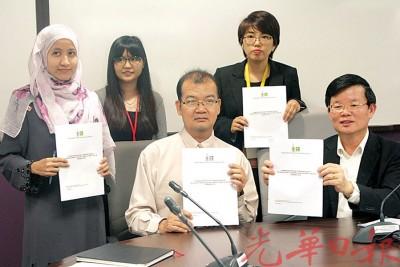 曹观友(右)在温乃坤和邓晓璇等陪同下,于记者会宣布垃圾源头分类获大部分民众认同。