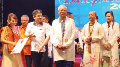 """首相(右3)在慕克里陪同下,见证最多人制作印度榚""""玛鲁谷""""新纪录诞生,左2是黄枫伟。"""