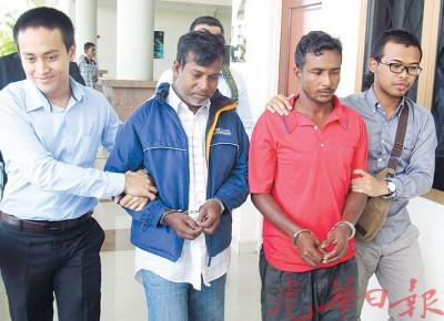 被告莫哈末莫塞(左2起)及莫哈末里敦在反贪会执法人员的带领下,步入法庭面审。