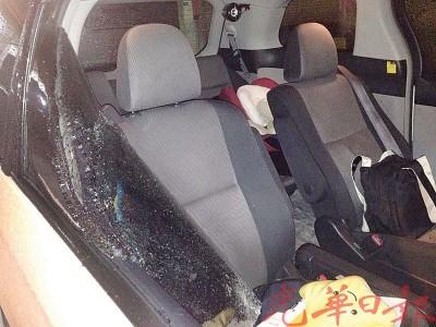 窃贼砸破车镜盗走财物。