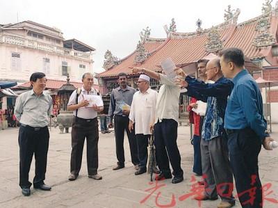 曹观友(左)与椰脚街宗教场所代表们步行前往各个不同宗教场所参观。