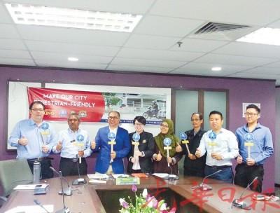 """槟岛市议员林升吉(右起)、黄顺祥、纳西尔、扎丽娜、陈慧萍、莫哈末峇迪亚、李俊杰(左)和槟岛市政厅交通工程师再努丁(左2)宣布展开""""行人为王""""运动。"""