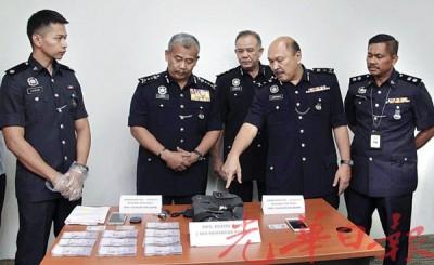 威拉韩查(左二)由一众建功警官陪同召开记者会。