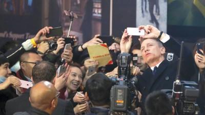 丹尼尔格雷出席《007:魔鬼四伏》北京首映,跟场边粉丝玩自拍。