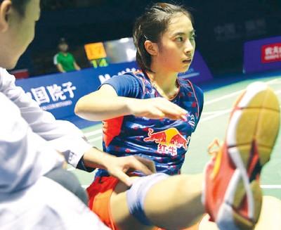 """王适娴在比赛中暂停检查伤势,最后为""""保住""""队友李雪芮的积分而坚持打完比赛。"""