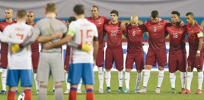 葡萄牙和俄罗斯在赛前为巴黎恐袭遇难者默哀1分钟。