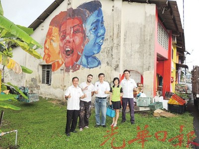 英国画家为美丽淡汶作壁画。左起拿督陈建宝、Gabriel、林湧岚、陈玉花及许钪凯。