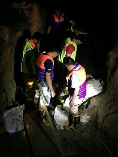 各方自愿组织纷纷给援手,漏夜堆沙包抢救缺堤河岸。