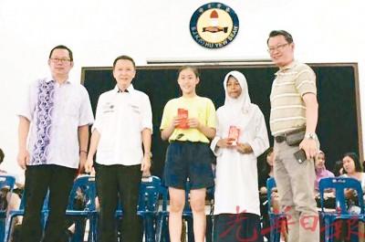 洁思敏(右2)在该校的奖励金颁奖礼上获奖;左起为马绅涵、陈汉进及王家安(右1)。