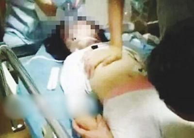 女童小岛被继母用枕头闷死,再次藏于衣柜里。