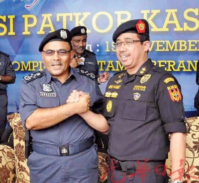卡查理(左)表示,和印尼关税局总监峇巴喜鲁的关系就像亲兄弟。