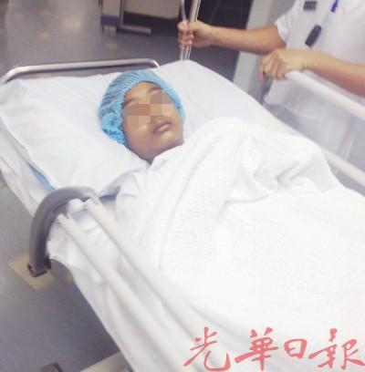 伤者莫哈末依尔凡躺在医院病床上,等候动手术。