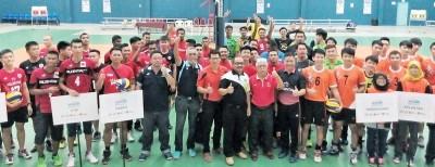 工大青年与体育组官员阿玛迪(前排中)为全国排球公开赛主持开幕礼,在场嘉宾包括柔佛排总会长刘富云(左7)。