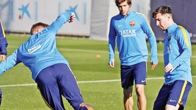 已恢复训练的巴塞王牌梅西(右)是否登场受关注。