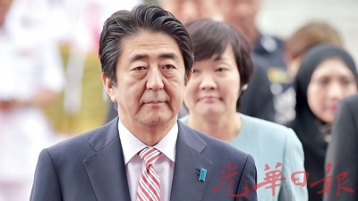 日本首相安倍晋三应邀出席在吉隆坡举行的第10届东亚峰会,周五中午抵步后对我国进行正式访问。(法新社照片)