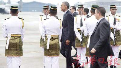 美国总统欧巴马周五中午乘搭空军一号抵达梳邦空军基地,出席在吉隆坡举行的第10届东亚峰会及其他相关会议。(法新社照片)