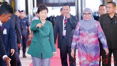 韩国史上首位女总统朴槿惠来了!身穿绿色上衣配灰色长裤的朴槿惠,是于周五飞抵吉隆坡国际机场大红花贵宾厅,准备出席第27届东盟峰会与相关会议,并由我国妇女,家庭与社会发展部长拿督斯里罗哈妮负责到场迎接这位贵宾。