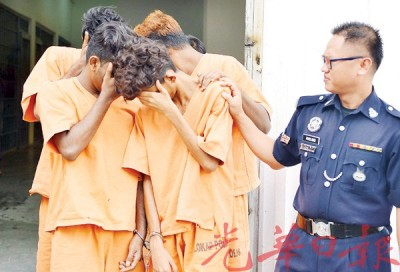 4名嫌犯星期五(20日)被带上法庭以申请延长扣留令时,纷纷掩脸。