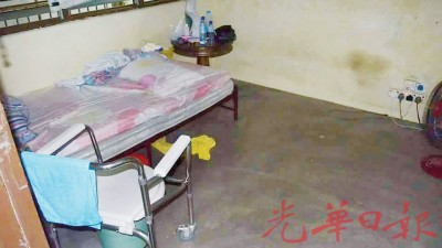 彭达成睡觉的房间只有一张床和一把风扇。