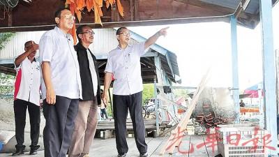 阿兹兰(右)巡察甘榜渔村的交锋场地。左1也玻璃市港口州行政议员末哈山。