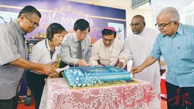 槟城圣佐瑟儿童院105周年庆典切纪念蛋糕仪式,左起吉隆坡主教安东尼、杨晓燕、曹观友行政议员、槟州主教沙峇士甸、柔佛及马六甲主教及沙华纳耶甘。