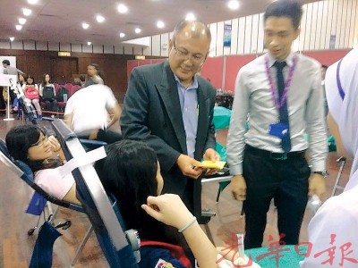 赵荣福院长巡视进行中的捐血运动。