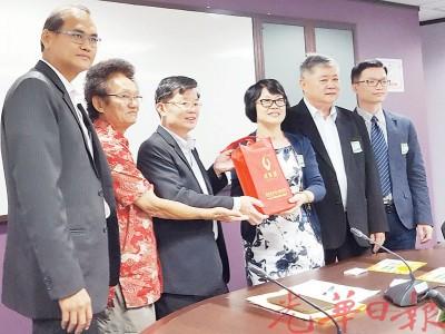 李少泳(右3)赠送纪念品给曹观友(左3),左起为林保毅、韩学习、张创迪和汇源(中国)国际展览有限公司执行秘书长张声涛。