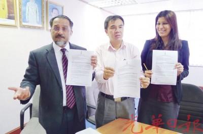 佳日星(左)、孙意志(中)和佳日星助理亚雯呼吁中央房屋部部长阿都拉曼达兰作出回应。
