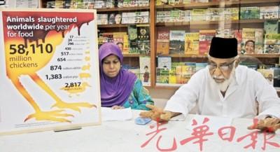 槟城消费人协会记者会,图为该协会主席莫哈末依德里斯(右)向媒体发表谈话。